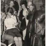 ca1970-groep-bij-deur-maker-onbekend