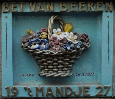 1977: 50-jarig bestaan: gevelsteen geplaatst