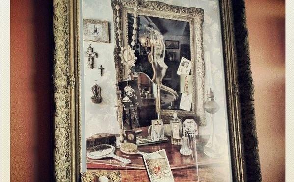 Foto van Diana van Laar van foto van Jan van Breda van schilderij bij dressoir tante Bet